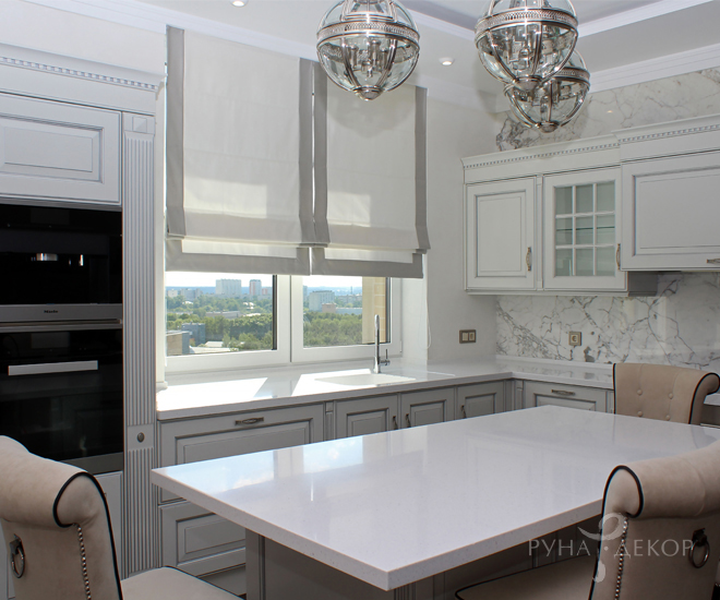 Римские шторы на белой кухне 02