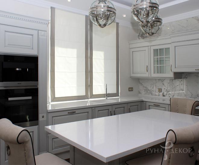 Римские шторы на белой кухне 03