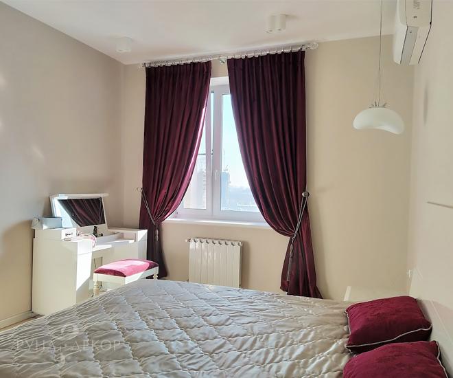 Шторы в спальне в апартаментах с видом на Москва-Сити 01