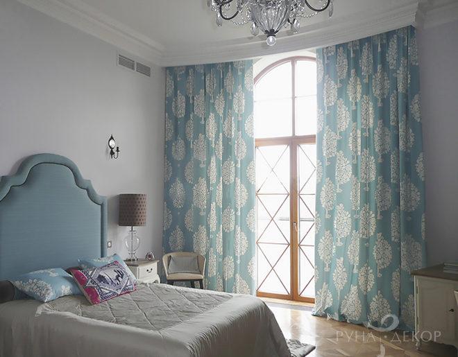 Шторы в спальне с высоким потолком