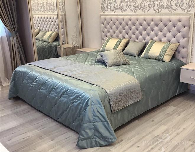 Шторы, покрывало и подушки в спальне