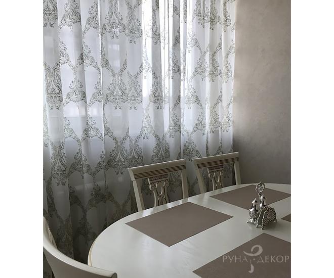 Тюль с орнаментом на кухне 02